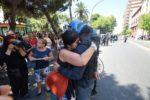 """Taranto, donna durante la contestazione a Renzi e le cariche della polizia piange e abbraccia poliziotto """"Lo so che siete anche voi con noi, perché siete figli, padri e fratelli di questa terra"""""""