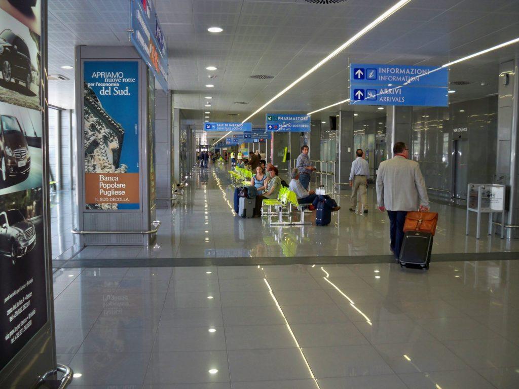 Paura all'aeroporto di Brindisi, evacuato lo scalo: falso allarme