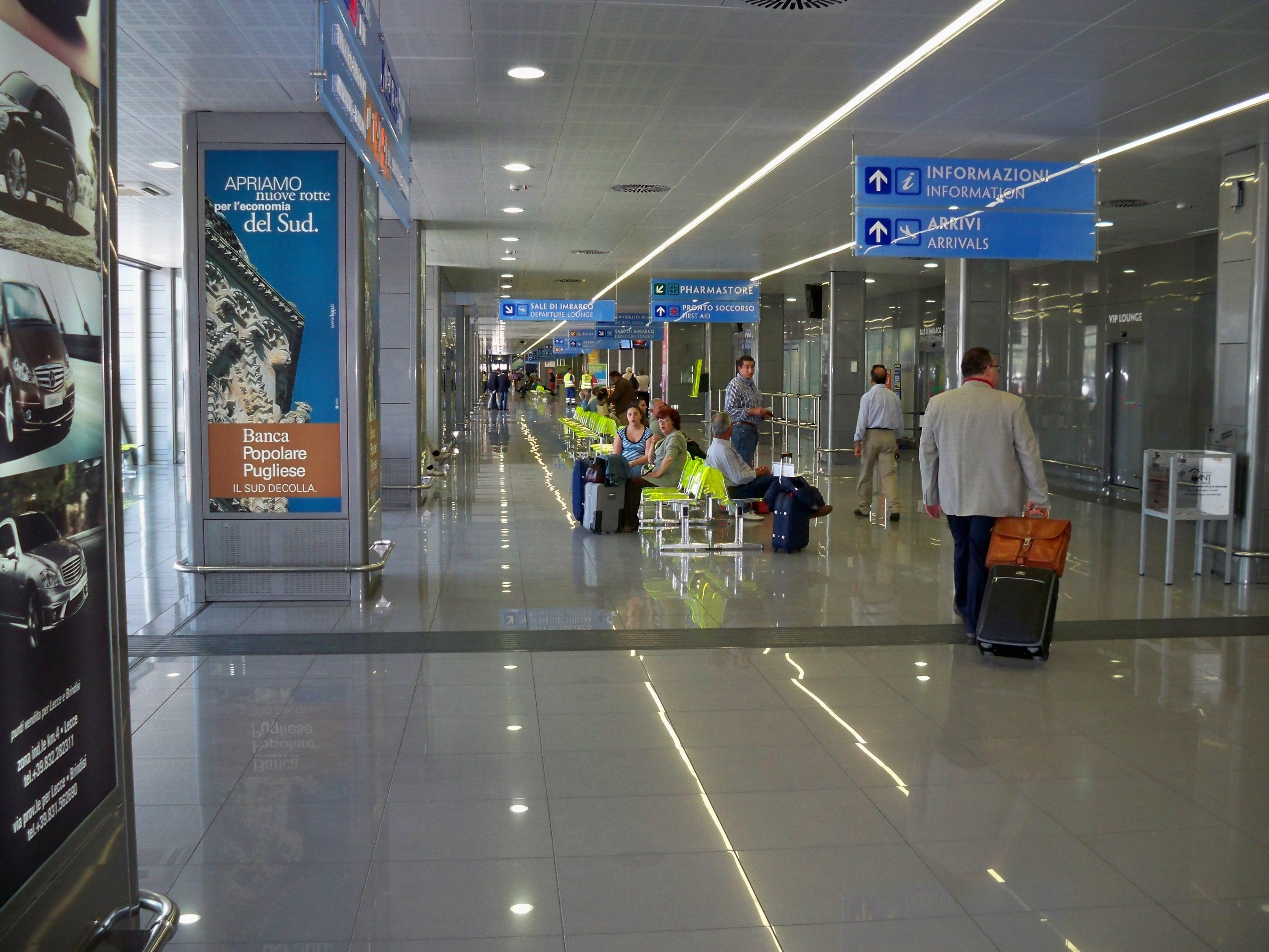 Terrore a Brindisi, evacuato per allarme bomba l'aeroporto, caos e fuggi fuggi tra i passeggeri
