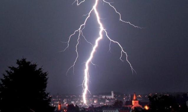 Terrore ad Andria, fulmine colpisce in  pieno centro alcune abitazioni, persone vive per miracolo