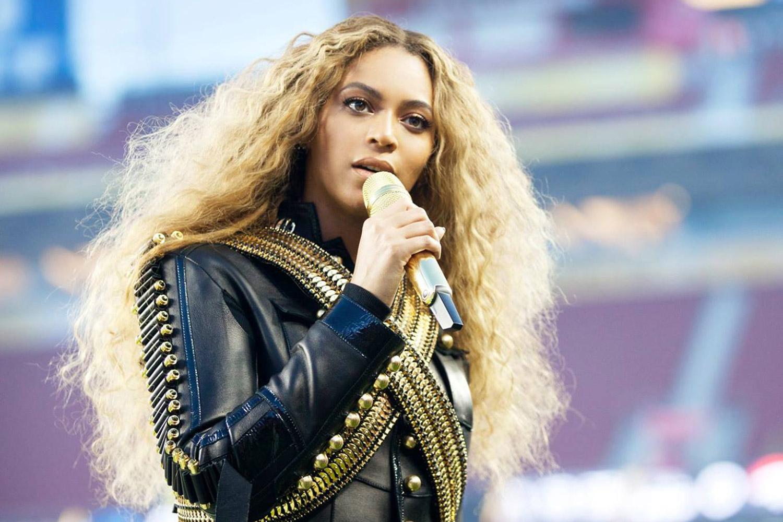 """Una ragazza gioca a """"Pokémon Go"""" durante il concerto di Beyoncé, ecco cosa le succede"""