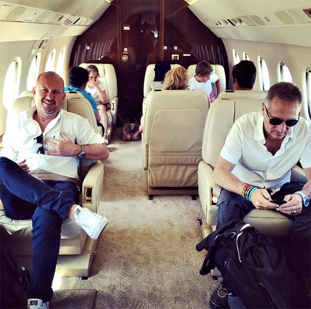 Paolo Bonolis e famiglia raggiungono Formentera con un lussuoso aereo, la rabbia del web