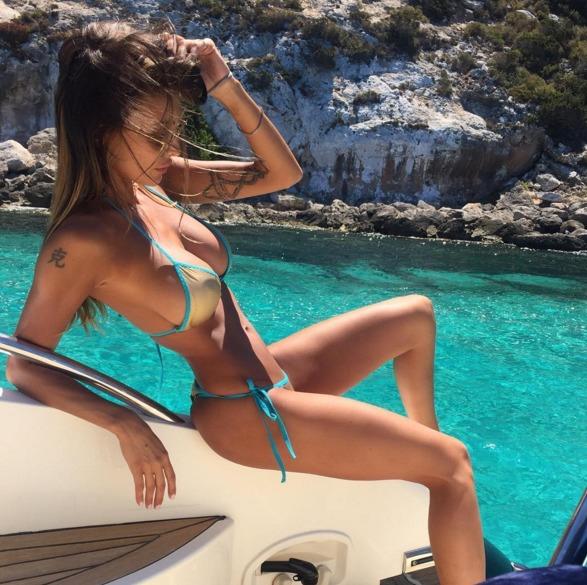 Cristina Buccino, il bikini è troppo ridotto e i fan la inondano di like