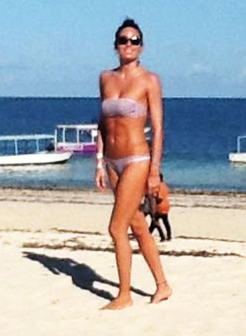 Elisabetta Gregoraci da urlo, al mare in bikini mostra un fisico perfetto