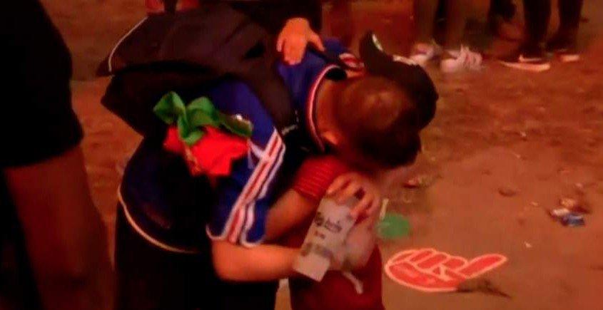 Europeri 2016: alla fine della partita bambino portoghese rincuora e abbraccia ragazzo francese che piange, un'immagine che tocca il cuore