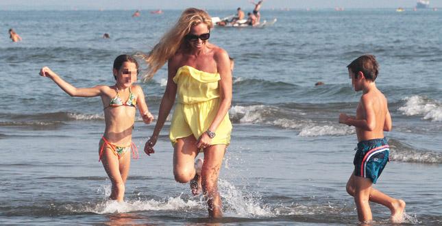 Federica Panicucci al mare con Mario Fargetta ma solo per i figli
