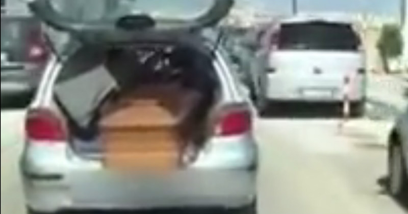 Per Gallipoli gira auto con bara in vista per portabagagli aperto