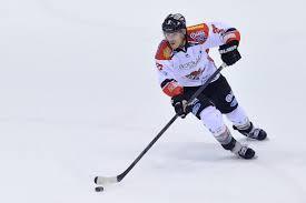 Campione di hockey si tuffa dal pedalò, in pericolo di vita