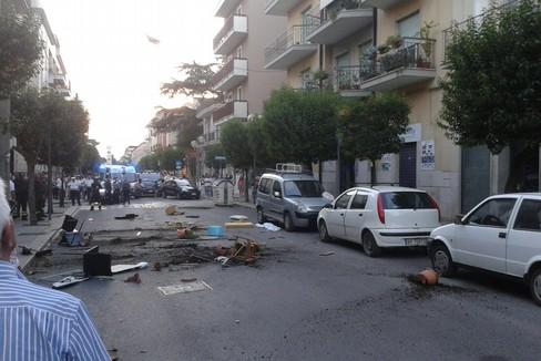 Raptus di follia ad Altamura un uomo di 40 anni lancia dal balcone oggetti di qualsiasi tipo, panico fra i passanti
