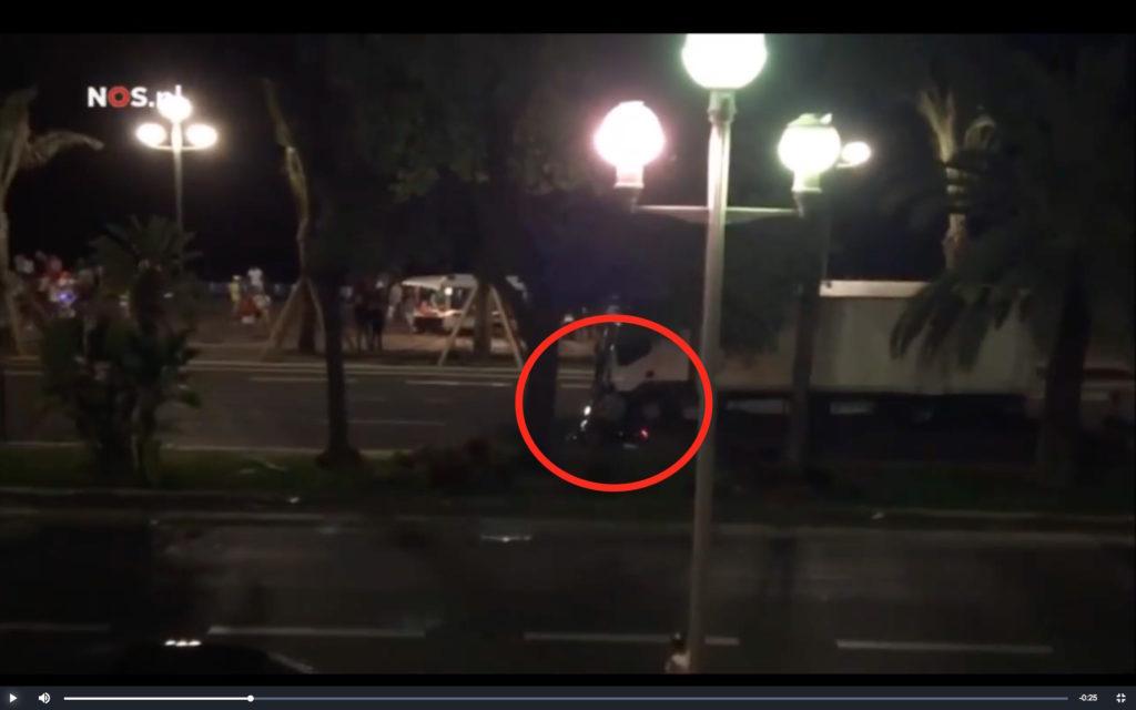 nizza_poliziotto_scooter_affianca_camion1