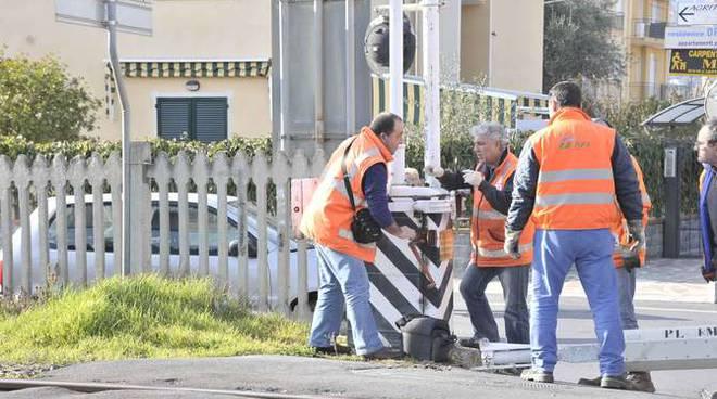 A Brindisi si sfiora un altro disastro ferroviario: si apre il passaggio a livello, le macchine passano ma le sbarre si abbassano e passa il treno