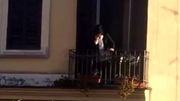Renato Zero a sorpresa esce da un balcone di un palazzo di Trastevere e si esibisce, fan in delirio