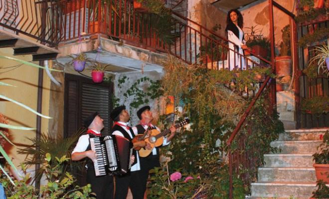 A Bari si torna a fare la serenata alla futura sposa la sera prima del matrimonio