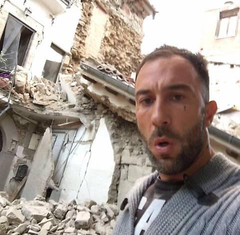 Tragedia terremoto, il fidanzato della senatrice Stefania Pezzopane si fa una foto tra le maceria e lei la posta, il web si rivolta