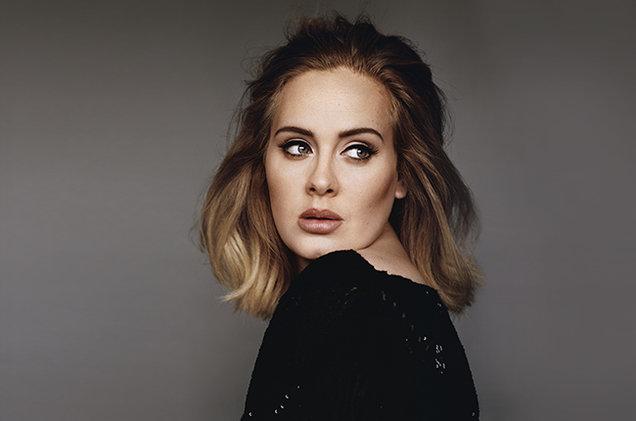 Influenzata e senza trucco: il videomessaggio di Adele allarma i fan