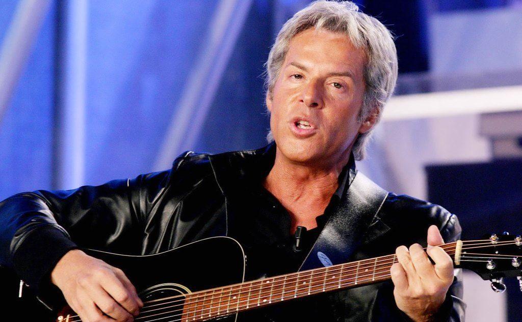 Claudio Baglioni costretto a Ischia a fermare il concerto per lo scoppio di fuochi d'artificio illegali
