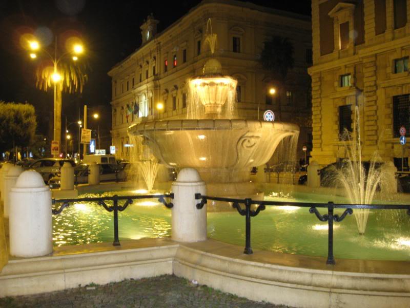 Bari, giovani turisti si tuffano completamente nudi nella fontana di Corso Cavour, la notizia in pochi giorni diventa virale