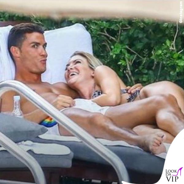 Cristiano Ronaldo in spiaggia sfoggia lo smalto, il gossip si scatena sulla sua omosessualità