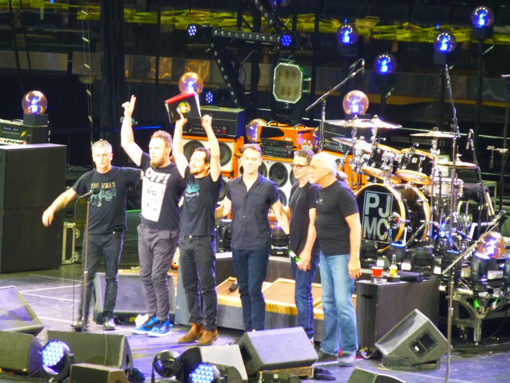 Eddie Vedder interrompe il concerto per aiutare una donna