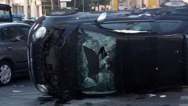 Bari, tremendo scontro tra due auto in via Brigata Regina, quattro giovani di cui uno gravissimo