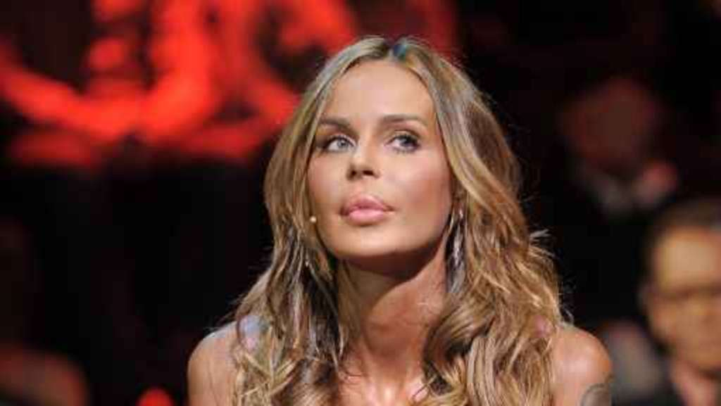 Nina Moric trasportata in ospedale: operata d'urgenza