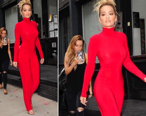 Rita Ora indossa un vestito rosso fuoco aderentissimo che mette in mostra il suo fisico da urlo, delirio dei fan