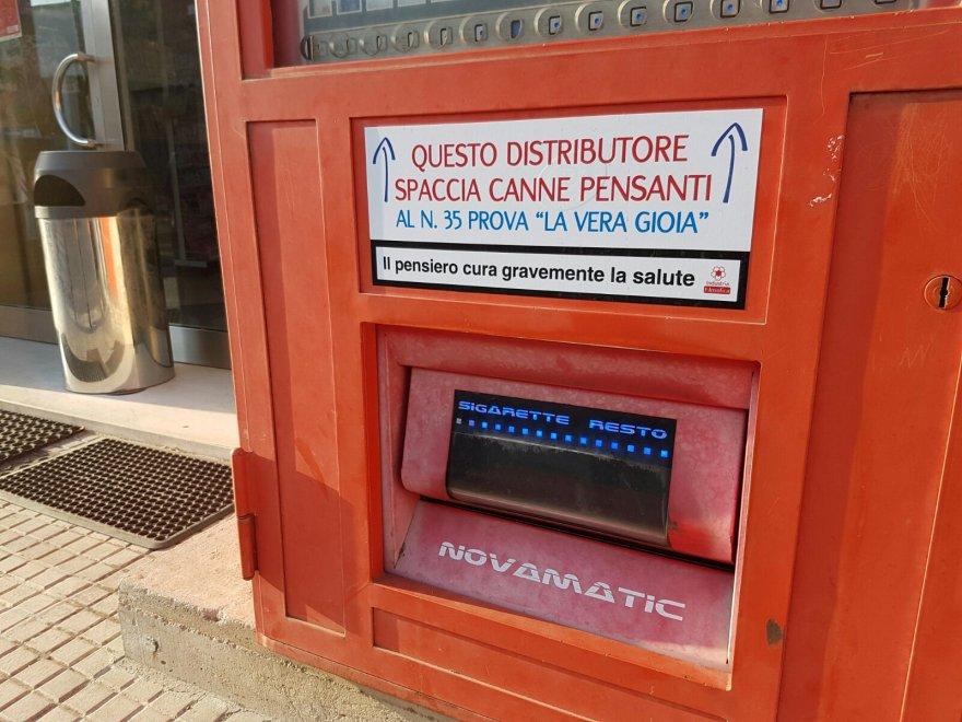 """A  Corigliano d'Otranto una novità unica, per la città ci sono i distributori di """"canne pensanti"""""""