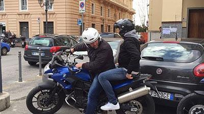 A Bari un uomo di 34 anni prende a schiaffi una donna e poi le sottrae la borsa, arrestato
