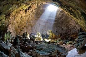 A Castellana grotte, durante il giro turistico un barese spezza una stalattite