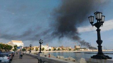 Bari, divampa un Incendio nel porto, una gru va a fuoco