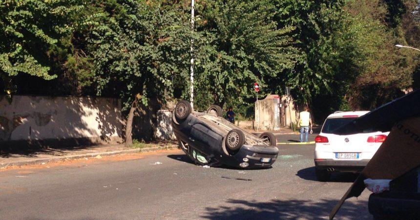 A Bari gravissimo incidente, un'auto si ribalta, feriti in codice rosso