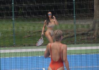 Kim Kardashian gioca a tennis e posta foto del suo look da togliere il fiato, il web in delirio