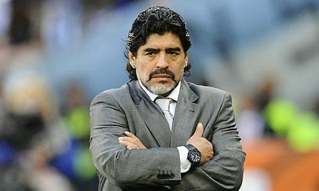 Maradona esibisce in aeroporto un passaporto rubato, fermato