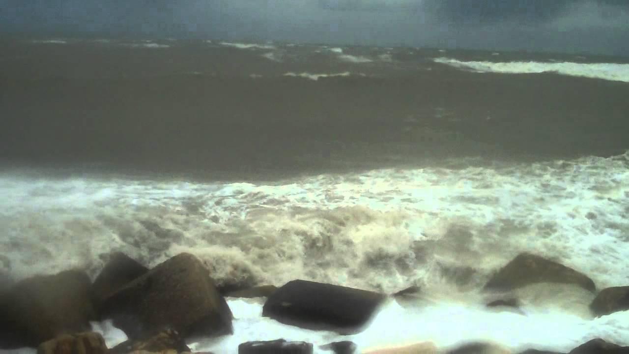 Trani, un ragazzo di sedici anni stava per annegare a causa del mare in burrasca, salvato da un bagnante ora rischia la vita