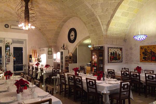 """Polignano a mare: Vittorio Sgarbi e i suoi amici cenano all'""""Osteria di Chichibio"""", non pagano e si lamentano su TripAdvisor, la replica del ristoratore"""
