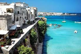 Tragedia a Otranto, un uomo non ha con se le chiavi di casa, si cala con la corda e precipita, morto