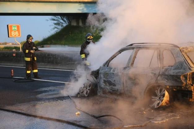 Vernole Lecce, rapina con bottino da 600mila euro dopo aver incendiato le auto per impedire di essere raggiunti