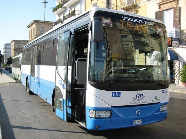 """Momenti di paura a Bari, sul bus STP al grido di """"Dio è grande"""" picchia la gente e distrugge il bus"""