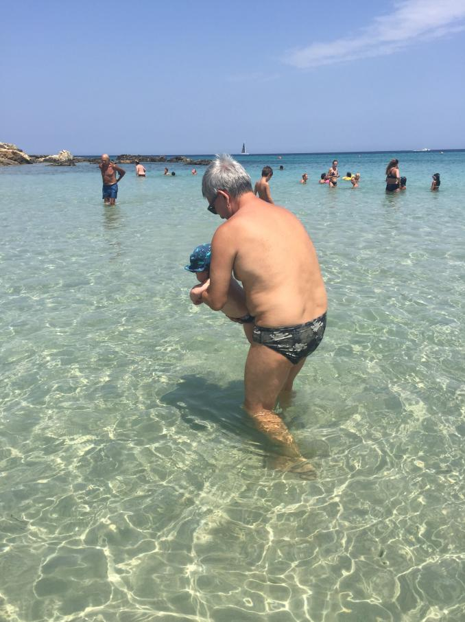 A Otranto Vendola e il compagno portano a mare il loro bambino: la reazione dei bagnanti