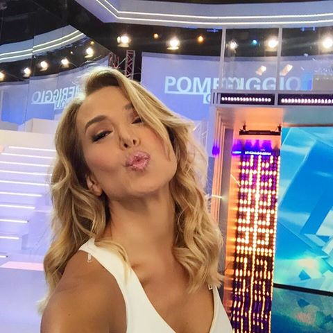 Barbara D'Urso show a Pomeriggio 5 si mette le ginocchiere e indossa un micro vestito bianco