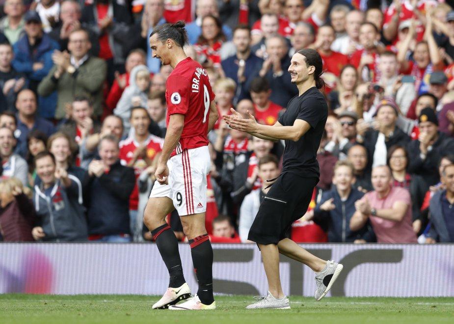 Un sosia di Ibrahimovic ha invaso il campo durante Manchester United-Leicester