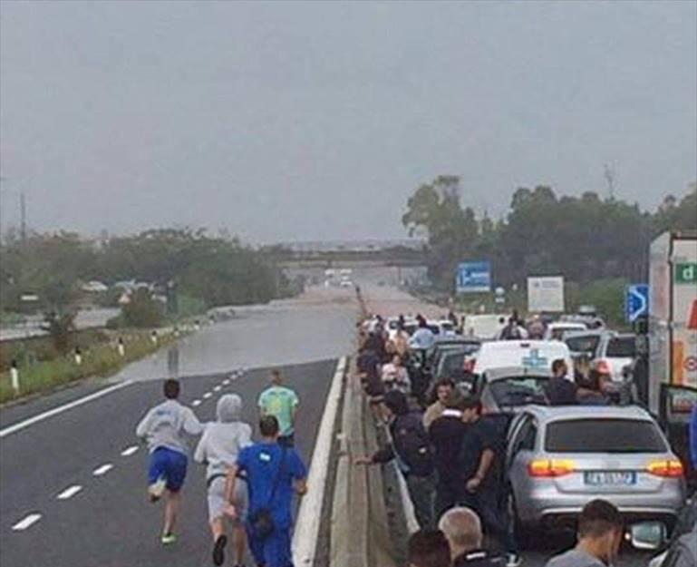 Rosamarina maltempo, vicino svincolo Ostuni situazione catastrofica statale 16 allagata impossibile circolare, auto ferme da ore