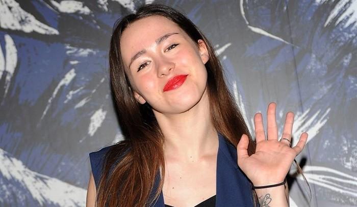 Aurora Ramazzotti alle prese con l'aspirapolvere: