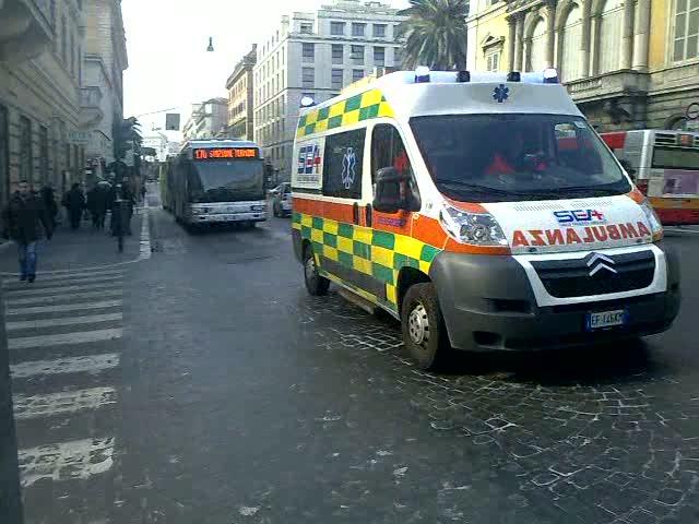 Roma un uomo di soli 37 anni investito in centro da un furgone pirata arriva all'ospedale cadavere