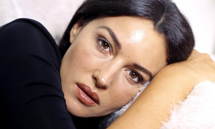 Monica Bellucci mostra la sua straordinaria bellezza posando senza veli, delirio dei fan