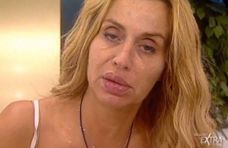 Valeria Marini appena sveglia senza trucco, il web l'attacca