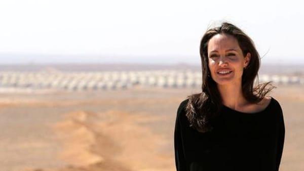 Angiolina Jolie grande gesto di amore,  visita i bambini del campo profughi tra Siria e Giordania
