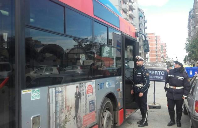 A Bari un ragazzo di 23 anni è stato accoltellato sull'autobus per un cellulare