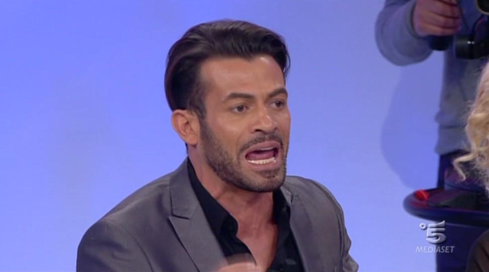 Uomini e Donne: Gianni Sperti è gay? Bufera social per una foto