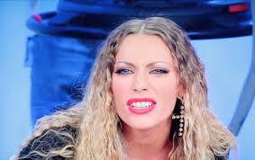 """Karina Cascella a """"Pomeriggio 5""""attacca duramente il look di Giulia Salemi: """" Ha il cervello bucato"""""""